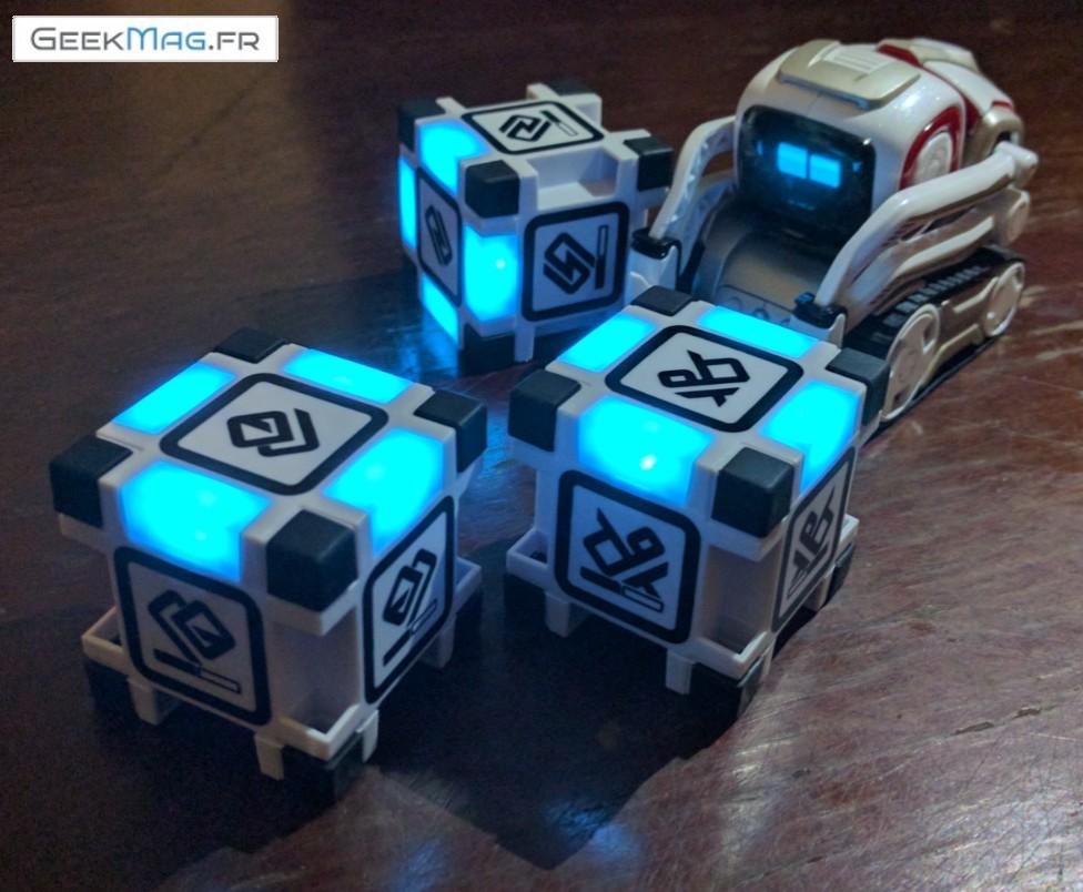 Cozmo Anki Robot joue avec 3 cubes